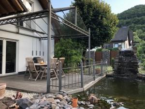 Ferienhaus H1 - Terrasse mit Teich und Brunnen